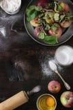 Συστατικά για την κατασκευή του κέικ μήλων Στοκ Φωτογραφίες