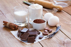 Συστατικά για την κατασκευή των μπισκότων τσιπ σοκολάτας σε ένα ξύλινο υπόβαθρο Στοκ Εικόνες