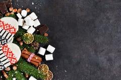 Συστατικά για την καυτή σοκολάτα σε ένα μαύρο υπόβαθρο Θερμός χειμώνας στοκ εικόνα