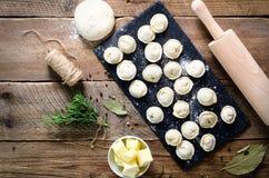 Συστατικά για την παραγωγή του pelmeni, ravioli, μπουλέττες - ζύμη, δεντρολίβανο, κυλώντας καρφίτσα, νήμα καμβά, βούτυρο, φύλλο κ στοκ εικόνες με δικαίωμα ελεύθερης χρήσης