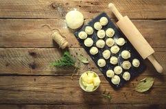 Συστατικά για την παραγωγή του pelmeni, ravioli, μπουλέττες - ζύμη, δεντρολίβανο, κυλώντας καρφίτσα, νήμα καμβά, βούτυρο, φύλλο κ στοκ φωτογραφία με δικαίωμα ελεύθερης χρήσης