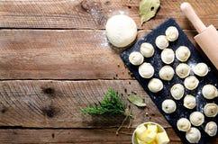 Συστατικά για την παραγωγή του pelmeni, ravioli, μπουλέττες - ζύμη, δεντρολίβανο, κυλώντας καρφίτσα, νήμα καμβά, βούτυρο, φύλλο κ στοκ φωτογραφίες