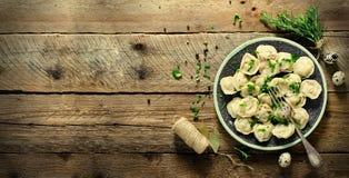 Συστατικά για την παραγωγή του pelmeni, ravioli, μπουλέττες - ζύμη, δεντρολίβανο, κυλώντας καρφίτσα, νήμα καμβά, βούτυρο, φύλλο κ στοκ εικόνες