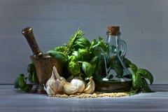 Συστατικά για την παραγωγή του pesto σε έναν ξύλινο πίνακα Στοκ φωτογραφίες με δικαίωμα ελεύθερης χρήσης