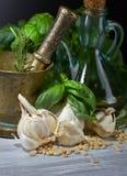 Συστατικά για την παραγωγή του pesto σε έναν ξύλινο πίνακα Στοκ φωτογραφία με δικαίωμα ελεύθερης χρήσης
