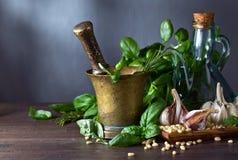 Συστατικά για την παραγωγή του pesto σε έναν ξύλινο πίνακα Στοκ εικόνα με δικαίωμα ελεύθερης χρήσης