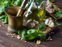 Συστατικά για την παραγωγή του pesto σε έναν ξύλινο πίνακα Στοκ εικόνες με δικαίωμα ελεύθερης χρήσης