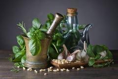 Συστατικά για την παραγωγή του pesto σε έναν παλαιό ξύλινο πίνακα Στοκ φωτογραφίες με δικαίωμα ελεύθερης χρήσης
