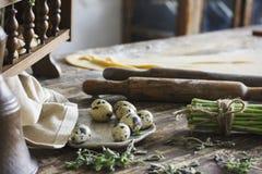 Συστατικά για την παραγωγή των σπιτικών ζυμαρικών, κύλισμα της καρφίτσας, αυγά ορτυκιών Στοκ Φωτογραφία