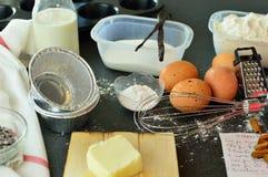 Συστατικά για την προετοιμασία ενός κέικ στοκ εικόνες