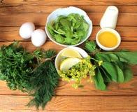 Συστατικά για τη σαλάτα με τα αυγά και τα πράσινα Στοκ Φωτογραφία