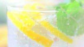 Συστατικά για τη σαλάτα φρέσκα πράσινα απόθεμα βίντεο