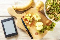 Συστατικά για τη σαλάτα φρούτων Η κόβοντας Apple Στοκ φωτογραφία με δικαίωμα ελεύθερης χρήσης