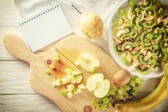 Συστατικά για τη σαλάτα φρούτων Η κόβοντας Apple Στοκ εικόνα με δικαίωμα ελεύθερης χρήσης