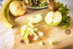 Συστατικά για τη σαλάτα φρούτων Η κόβοντας Apple Στοκ Εικόνες