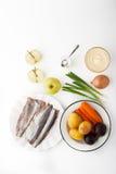 Συστατικά για τη φυτική σαλάτα με τη τοπ άποψη μήλων και ψαριών Στοκ φωτογραφία με δικαίωμα ελεύθερης χρήσης