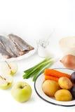 Συστατικά για τη φυτική σαλάτα με το μήλο και ψάρια στην άσπρη κατακόρυφο υποβάθρου Στοκ Φωτογραφία