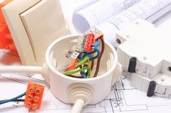 Συστατικά για τις ηλεκτρικά εγκαταστάσεις και τα διαγράμματα κατασκευής στοκ εικόνες