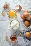 Συστατικά για τις τηγανίτες, κέικ, που ψήνουν σε ένα μαρμάρινο υπόβαθρο στοκ εικόνες με δικαίωμα ελεύθερης χρήσης