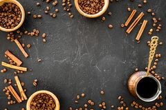 Συστατικά για τον καφέ Ψημένες φασόλια και κανέλα καφέ στη μαύρη τοπ άποψη υποβάθρου copyspace στοκ εικόνα με δικαίωμα ελεύθερης χρήσης