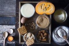 Συστατικά για το κέικ απορρίψεων κολοκύθας στη σκοτεινή παλαιά τοπ άποψη υποβάθρου Στοκ Φωτογραφίες