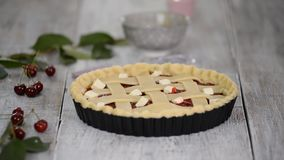 Συστατικά για το κέικ ψησίματος που γεμίζεται με τη φρέσκια πίτα κερασιών Θηλυκή να προετοιμαστεί πίτα κερασιών απόθεμα βίντεο