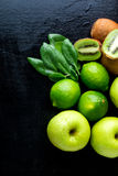Συστατικά για το καταφερτζή Πράσινα φρούτα στο μαύρο ξύλινο υπόβαθρο Apple, ασβέστης, σπανάκι, ακτινίδιο detox τρόφιμα υγιή Τοπ ό Στοκ φωτογραφία με δικαίωμα ελεύθερης χρήσης