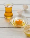 Συστατικά για το μαγείρεμα Σπασμένα κοχύλια αυγών και πετρέλαιο Στοκ εικόνα με δικαίωμα ελεύθερης χρήσης