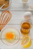 Συστατικά για το μαγείρεμα Σπασμένα κοχύλια αυγών και πετρέλαιο Στοκ εικόνες με δικαίωμα ελεύθερης χρήσης
