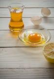 Συστατικά για το μαγείρεμα Σπασμένα κοχύλια αυγών και πετρέλαιο Στοκ Φωτογραφία