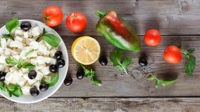 Συστατικά για το μαγείρεμα της ελληνικής σαλάτας Επίπεδος βάλτε Στοκ φωτογραφία με δικαίωμα ελεύθερης χρήσης