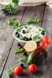 Συστατικά για το μαγείρεμα της ελληνικής σαλάτας κλείστε επάνω Στοκ Εικόνες
