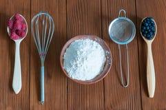 Συστατικά για το μαγείρεμα του κέικ μούρων σμέουρα Στοκ Εικόνες