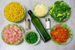 Συστατικά για το μαγείρεμα των ζυμαρικών με το κοτόπουλο και το μπρόκολο Στοκ φωτογραφία με δικαίωμα ελεύθερης χρήσης