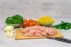Συστατικά για το μαγείρεμα των ζυμαρικών με το κοτόπουλο και του μπρόκολου που βρίσκεται επάνω Στοκ φωτογραφία με δικαίωμα ελεύθερης χρήσης