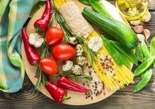 Συστατικά για το μαγείρεμα των ζυμαρικών με τα λαχανικά Στοκ φωτογραφία με δικαίωμα ελεύθερης χρήσης