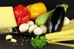 Συστατικά για το μαγείρεμα των ιταλικών ζυμαρικών Στοκ Εικόνες