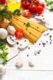 Συστατικά για το μαγείρεμα των ιταλικών ζυμαρικών στοκ εικόνες με δικαίωμα ελεύθερης χρήσης