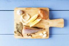 Συστατικά για το μαγείρεμα των υγιών τροφίμων στον τέμνοντα πίνακα Φρέσκα οργανικά λαχανικά και ψάρια θάλασσας Κινηματογράφηση σε Στοκ Φωτογραφίες