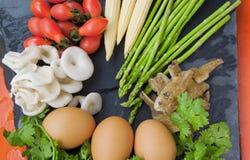 Συστατικά για το μαγείρεμα (tomatoe, μανιτάρι, αυγά, σπαράγγι) Στοκ Φωτογραφίες