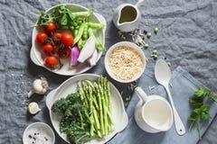 Συστατικά για το μεσημεριανό γεύμα - ζυμαρικά orzo, σπαράγγι, πράσινα μπιζέλια, μπρόκολο, ντομάτες κερασιών, ελαιόλαδο, κρέμα και Στοκ εικόνα με δικαίωμα ελεύθερης χρήσης