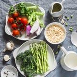 Συστατικά για το μεσημεριανό γεύμα - ζυμαρικά orzo, σπαράγγι, πράσινα μπιζέλια, μπρόκολο, ντομάτες κερασιών, ελαιόλαδο, κρέμα και Στοκ φωτογραφίες με δικαίωμα ελεύθερης χρήσης