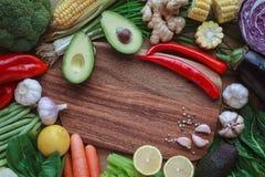 Συστατικά για το πρόγευμα, καρύδια, oatmeal, μέλι, μούρα, φρούτα, Στοκ Εικόνες