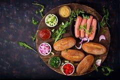 Συστατικά για το χοτ-ντογκ με το αγγούρι, την ντομάτα και το κόκκινο κρεμμύδι Στοκ φωτογραφία με δικαίωμα ελεύθερης χρήσης