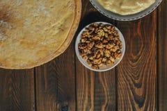 Συστατικά για το ψήσιμο ενός κέικ, τοπ άποψη στον ξύλινο πίνακα shortcakes, buttercream στοκ εικόνα