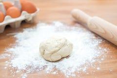 Συστατικά για το ψήσιμο μαγειρέματος - αλεύρι, αυγό, ζύμη στο ξύλινο υπόβαθρο Στοκ φωτογραφίες με δικαίωμα ελεύθερης χρήσης