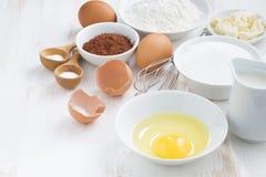 Συστατικά για το ψήσιμο σε έναν άσπρο πίνακα στοκ εικόνες με δικαίωμα ελεύθερης χρήσης