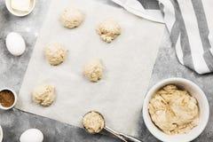 Συστατικά για το ψήσιμο των μπισκότων - αλεύρι, αυγά, καρυκεύματα, βανίλια Στοκ Φωτογραφίες