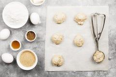 Συστατικά για το ψήσιμο των μπισκότων - αλεύρι, αυγά, καρυκεύματα, βανίλια Στοκ φωτογραφίες με δικαίωμα ελεύθερης χρήσης