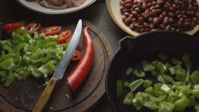 Συστατικά για το fajita και ένα μαχαίρι σε έναν τέμνοντα πίνακα βίντεο απόθεμα βίντεο
